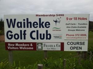Il y a meme un golf sur l'ile ! Dédicace à Marie & Boris, si vous me lisez, le n° de tél est sur la photo...