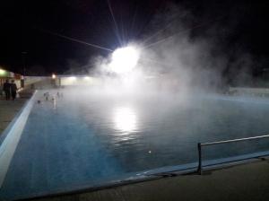 Le bassin, construit dans les années 60, est juste au-dessus des sources d'eaux chaudes..Il y a comme des mini-geysers à des endroits !