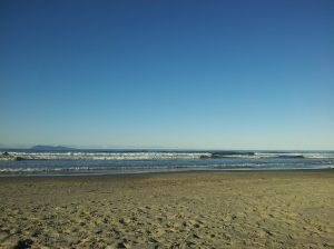 Longue plage prisée par les familles et les surfeurs l'été...