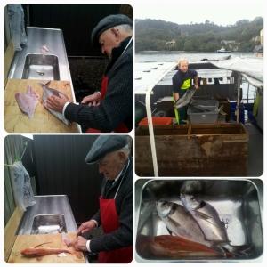 A gauche: Dale prépare les poissons; En haut à droite: the deckie is proud of having a Kingfish; Au dîner: Tarakihi (x2) & Gurnard (x1)