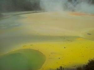 Pourquoi des couleurs différentes ? Les eaux froides et les minéraux exposés à l'atmosphère leur fit prendre des couleurs différentes en fonction du niveau d'eau et du vent